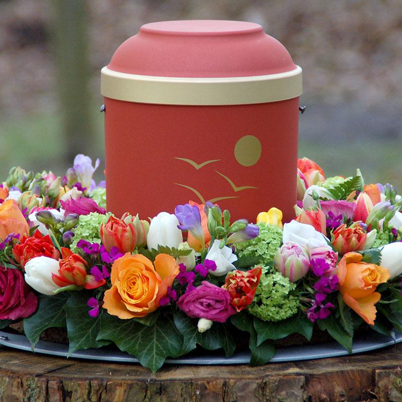 Urne mit Blumenschmuck